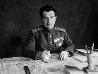 В.И.Чуйков за столом